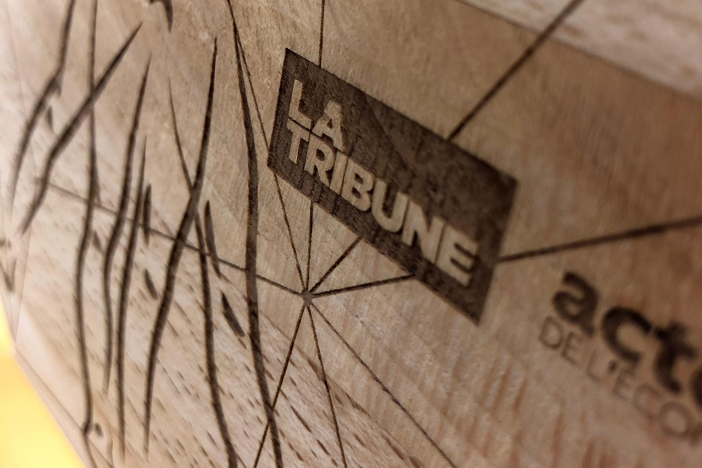 Gravure laser sur chène massif pour trophée.